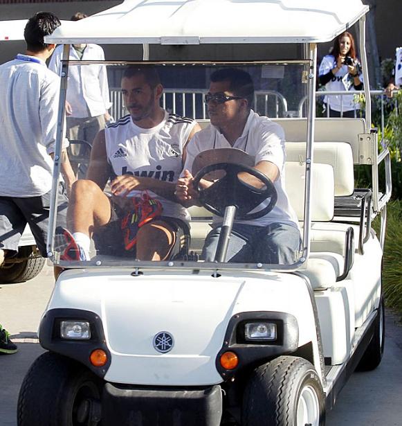 Benzema trasladado en carrito