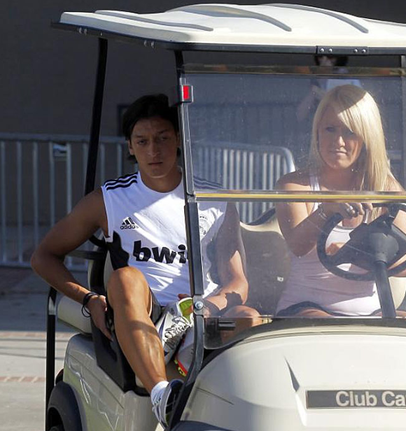 Özil trasladado en carrito